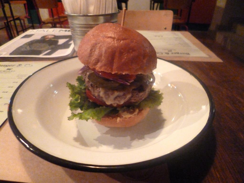 Duży, soczysty i ostry – Hotburger w Burger & Co.
