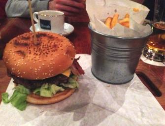 Tanie burgery na rynku w Toruniu, czyli wizyta w Kurantach