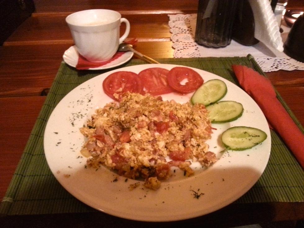 słowiański smak jajecznica z boczkiem i pomidorami