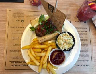 Klopsiki, deser i Burger Czerwca, czyli wizyta w John Burg